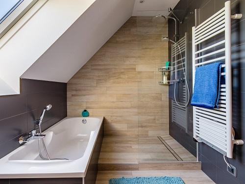 Baignoire douche sous combles