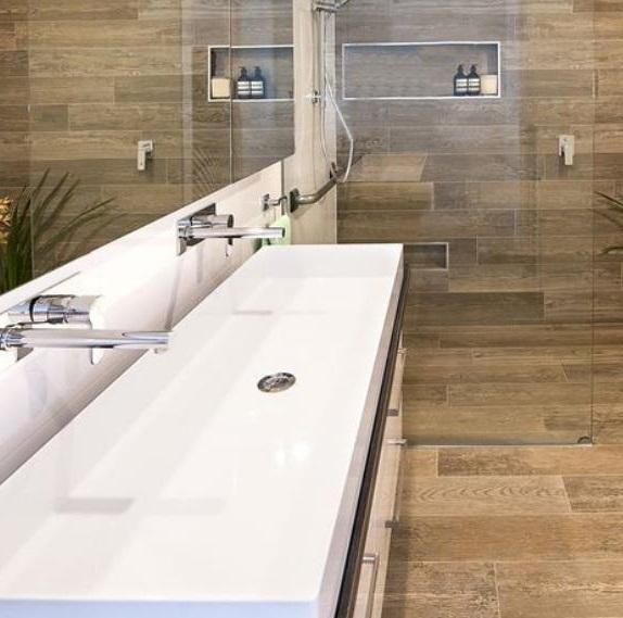 Carrelage-salle-de-bain-imitation-bois