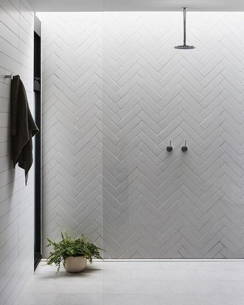 Salle de bain avec douche italienne épurée