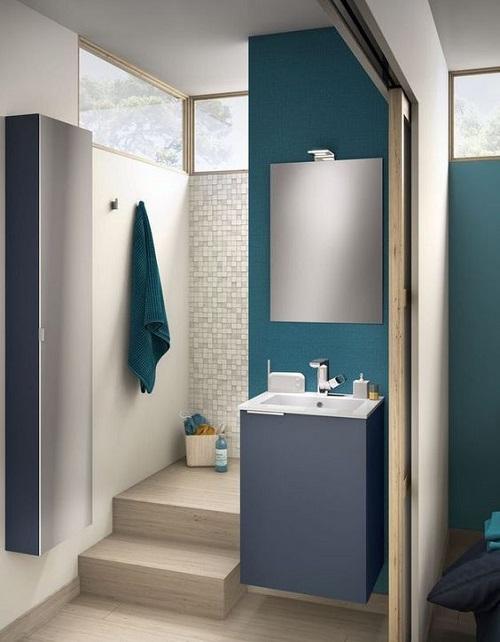 Douche avec marche dans petite salle de bain