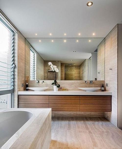 Grand miroir pour petite salle de bain