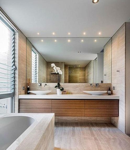 grand-miroir-salle-de-bain-sombre