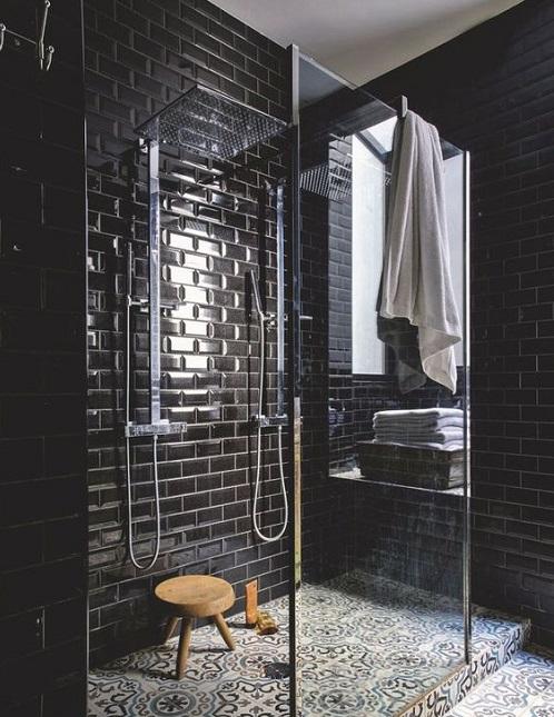 Douche avec marche dans la salle de bain