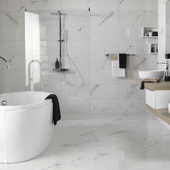 Marbre au sol de salle de bain