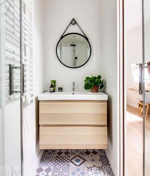 Mettre miroir dans petite salle de bain