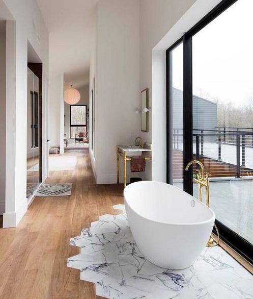 Parquet dans salle de bain avec baignoire ilot