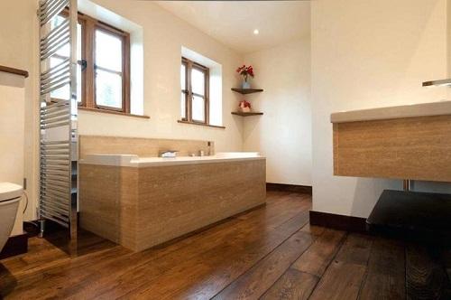 Parquet massif dans salle de bain