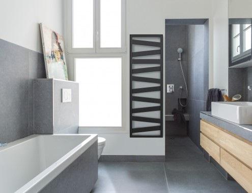 Salle de bain avec douche et baignoire de luxe : Salle de ...