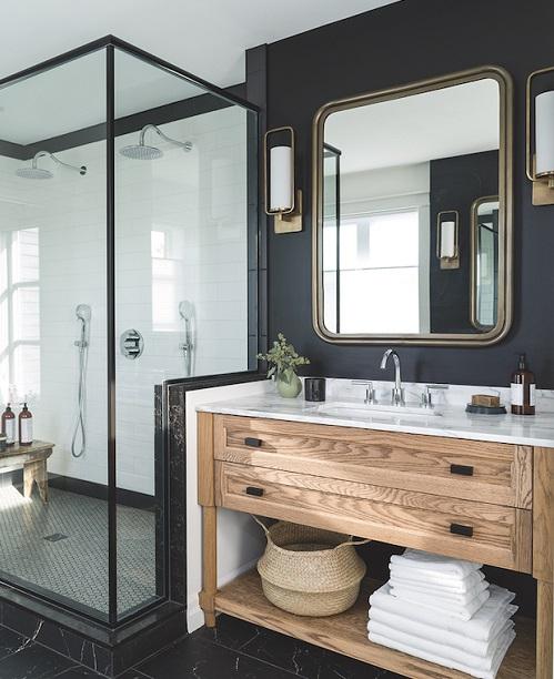 Mur salle de bain noir avec meuble vasque en bois