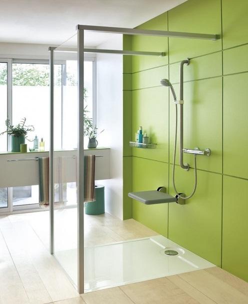 Douche avec siège de bain et barre d'appui