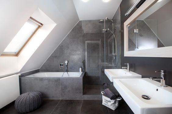 Salle de bain sous comble avec douche et baignoire