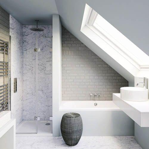 Salle de bain sous les combles avec baignoire et douche : une ...