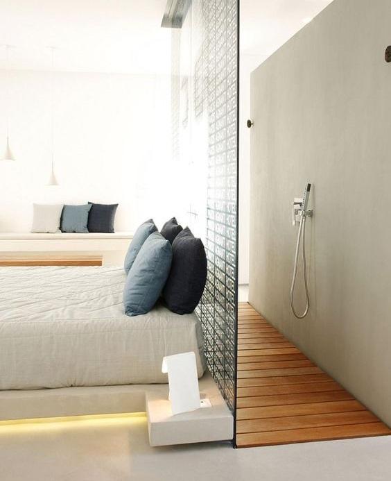 Mettre douche derrière lit